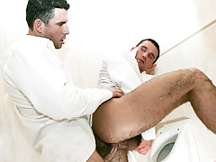Student buddies Tim Black and Wattle Stevans fuck in a bath